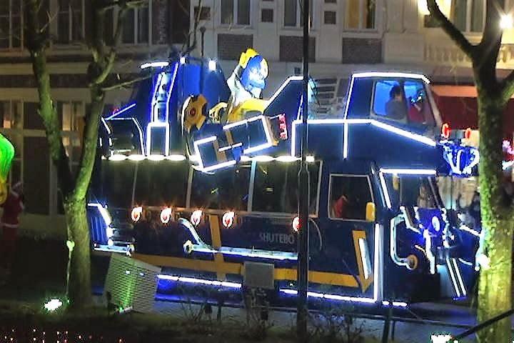 ハウステンボス光の王国イベント、光のパレードに並ぶシュテーボ