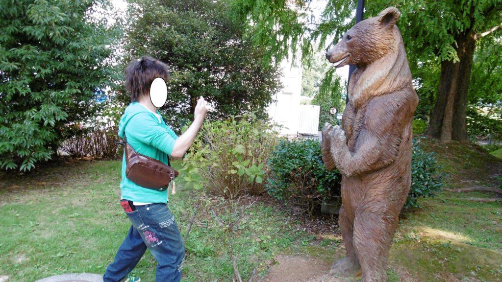 ハウステンボスのアドベンチャーパーク内メルヘン不思議の森でクマと対決