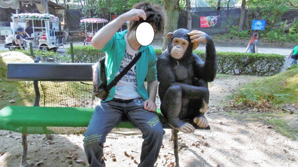 ハウステンボス アドベンチャーパーク内にあるメルヘン不思議の森で猿と2ショ