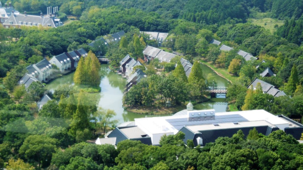 ドムトールンから見たハウステンボスのコテージ型ホテル フォレストヴィラ