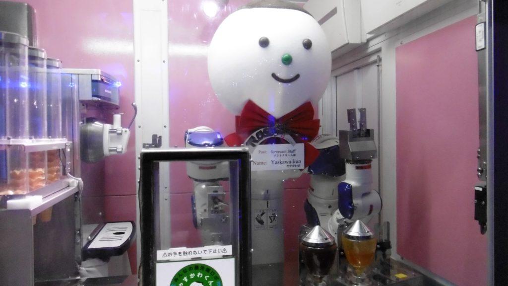 ハウステンボス 変なレストランのソフトクリームロボット