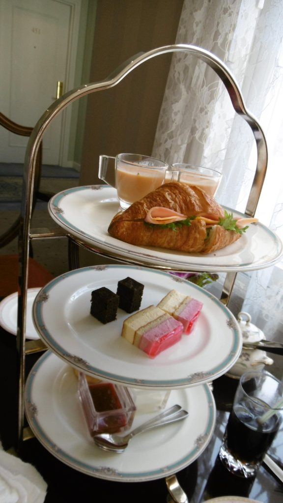 ハウステンボス唯一の園内ホテル、ホテルアムステルダムのクラブラウンジでのチェックイン時に出された軽食