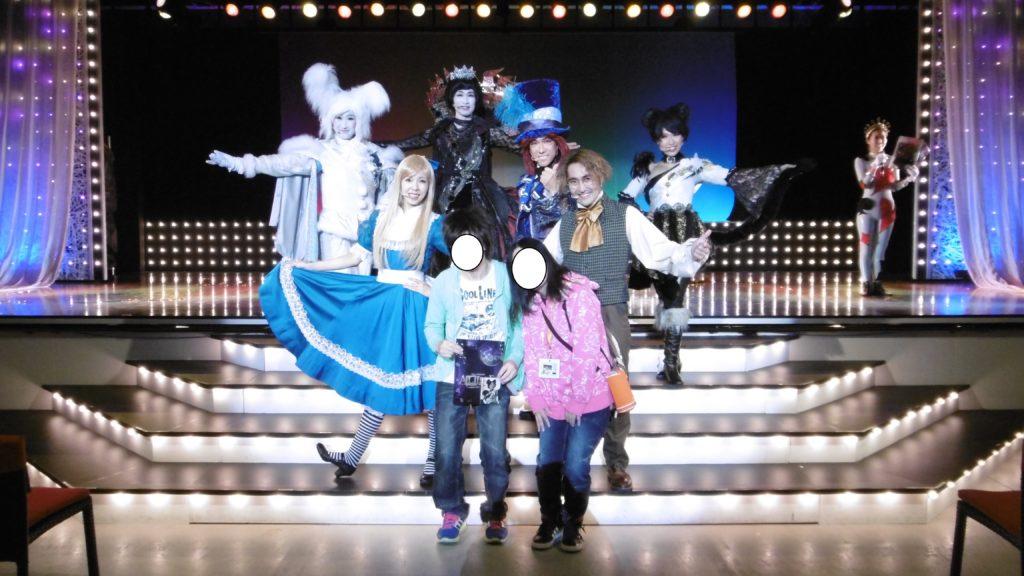 ハウステンボスの未来ミュージカル「アリス」のキャストさん達との記念写真