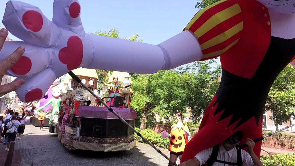 ハウステンボスのハロウィンパレード中に尾曲猫とタッチ