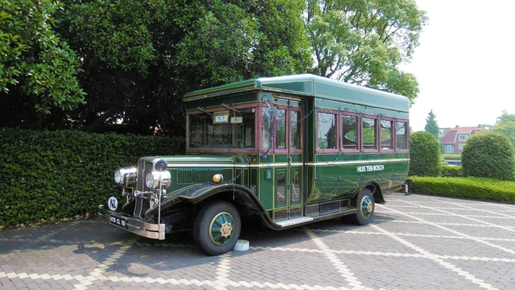 ハウステンボス ウエルカムエリアのボンネットバス