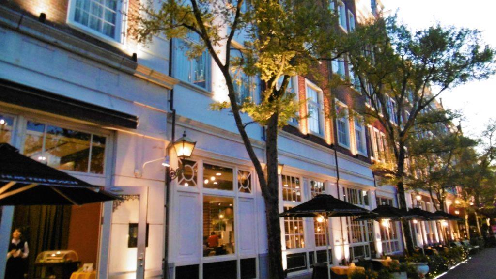 ハウステンボス ライトアップされたホテルアムステルダム カップル