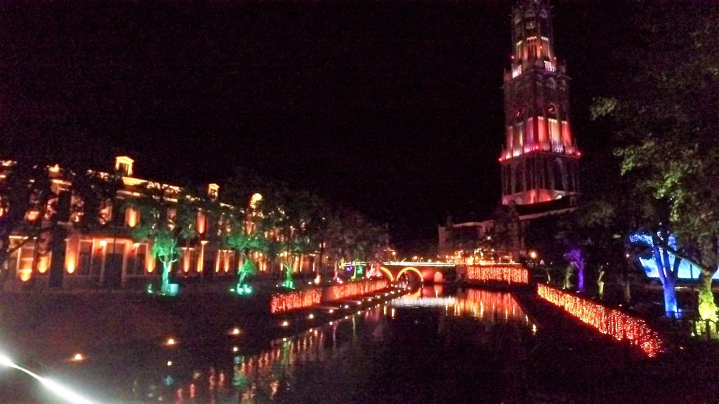 ハウステンボス カナルクルーザーから見たドムトールンと光の滝 カップル